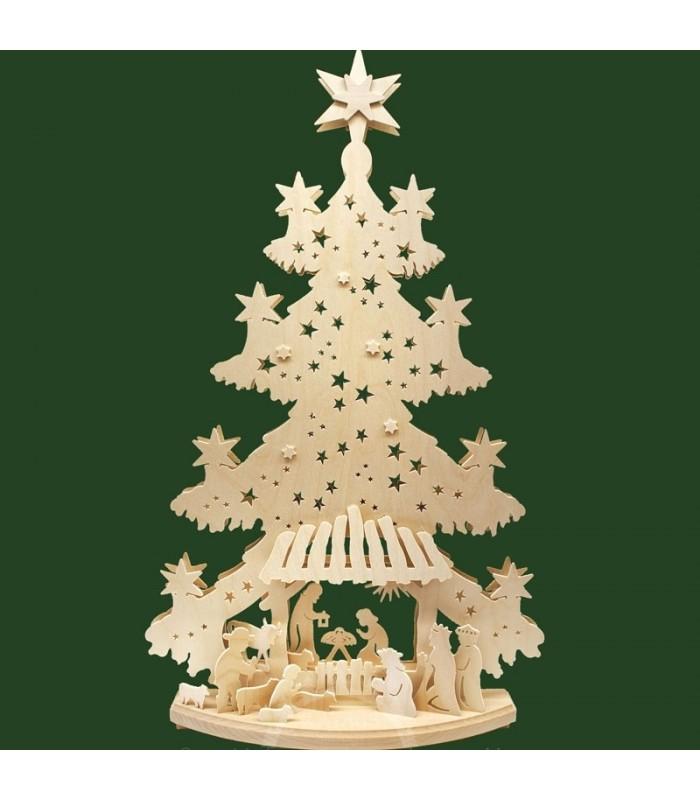 Grand sapin de bois avec crèche de Noël dans une étable