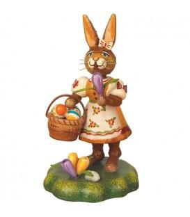 Lapin de Pâques en bois avec crocus