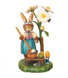 Lapin de Pâques en bois peintre d'oeufs colorés