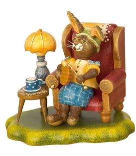 Lapin de Pâques en bois grand-mère dans un fauteuil
