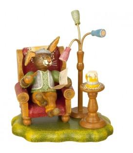 Lapin de Pâques en bois grand-père dans un fauteuil