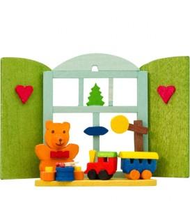 Décoration de sapin de Noël, ourson et petit train devant fenêtre