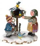 Village de Noël miniature, grand-mère et oiseaux