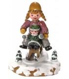 Village de Noël miniature, fillettes sur la luge