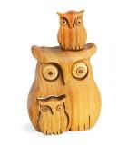 Chouette en bois poli avec deux enfants, 8 cm
