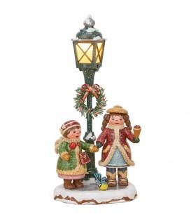 Village de Noël miniature, enfants sous réverbère